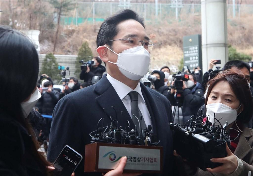 韓國三星電子副會長李在鎔(中)涉嫌行賄,韓國首爾高等法院18日重審判處2年6個月徒刑,未予緩刑,李在鎔遭當庭羈押。圖為李在鎔18日出庭。(韓聯社)