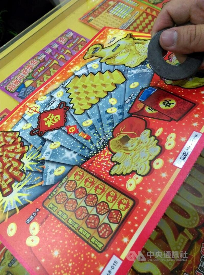 台彩公司表示,新春限定的「2000萬超級紅包」刮刮樂三獎新台幣100萬元陸續刮出,其中有名中獎人幸運抱回100萬元,並捐款感謝醫護人員的努力。(示意圖/中央社檔案照片)