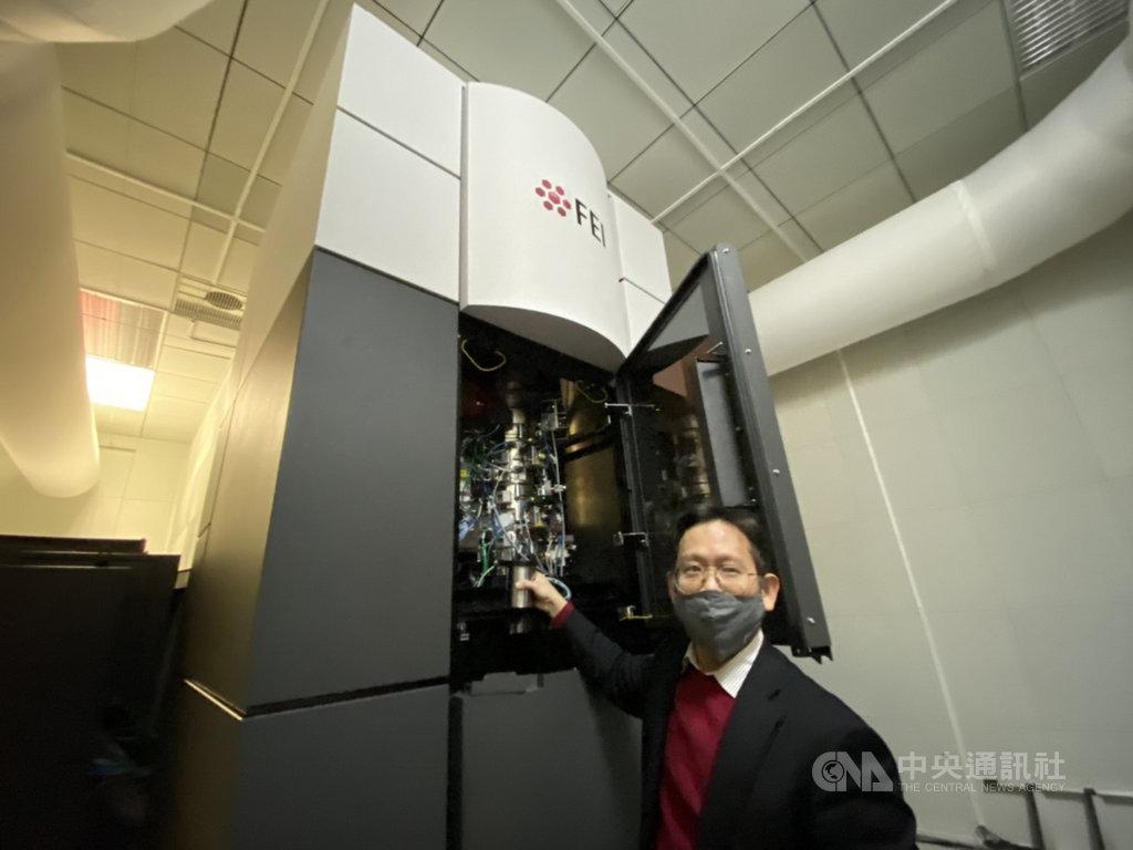 中研院利用冷凍電子顯微鏡發現酵素DMC1獨特結構,看見DMC1如何調控DNA達到完美互換的關鍵機制。中研院生物化學研究所副研究員何孟樵(圖)展示如何操作冷凍電子顯微鏡。中央社記者吳欣紜攝 110年1月19日