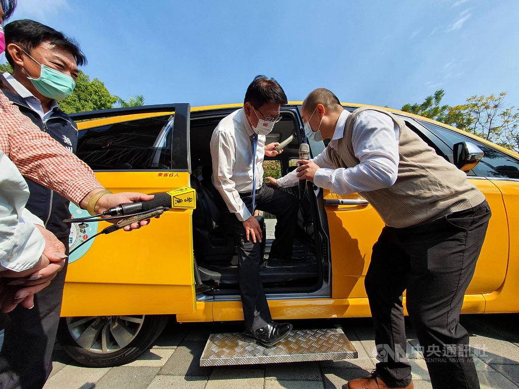 屏東縣政府在潮州鎮和東港鎮推出「小黃公車」,服務公車無法抵達的社區民眾,「小黃公車」還裝有電動踏板,方便老弱上車,縣長潘孟安(中)體驗。中央社記者郭芷瑄攝 110年1月19日