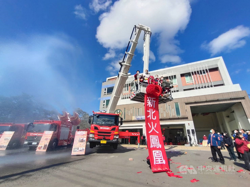 新北市政府消防局19日在樹林消防分隊舉辦119消防節慶祝活動,並為新購置升梯高度可達70公尺雲梯車舉辦啟用儀式。(消防局提供)中央社記者王鴻國傳真 110年1月19日