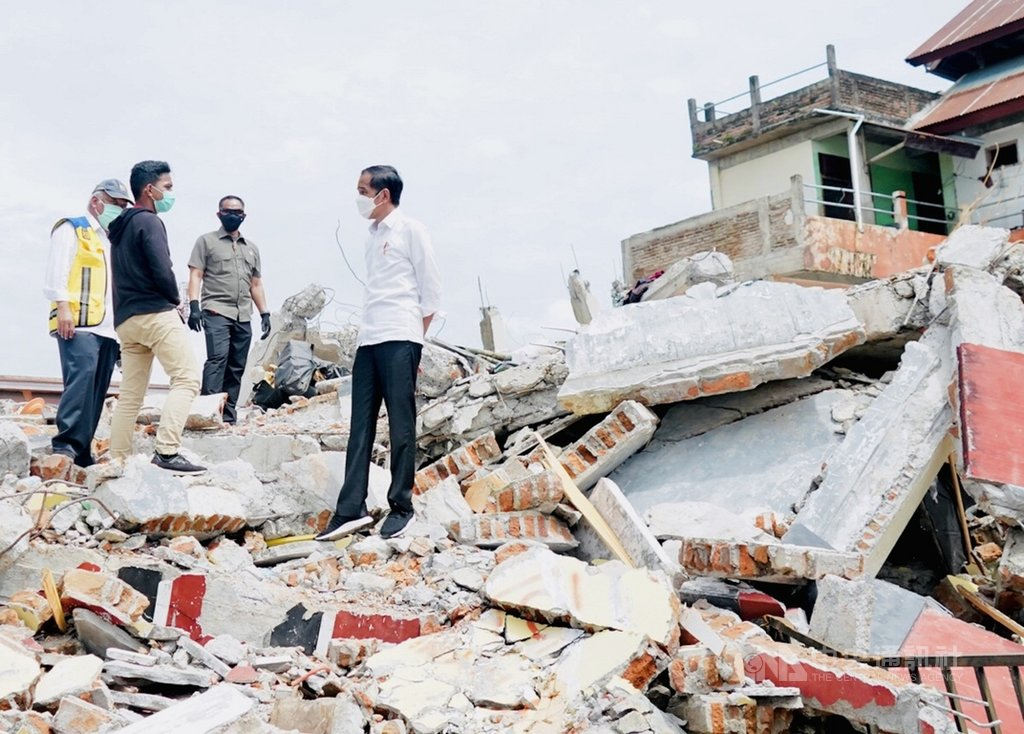印尼總統佐科威19日前往探視西蘇拉威西省探視地震災民,表示將加速搜救、提供災民必要協助。(印尼總統府提供)中央社記者石秀娟雅加達傳真  110年1月19日