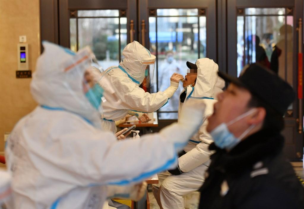 中國重新定義疫情發展軌跡。中國CDC副主任馮子健18日稱,2020年4月後中國境內的疫情,均由境外病毒引發。圖為近日河北石家莊的醫護人員,為市民進行核酸採樣。(中新社提供)中央社 110年1月19日