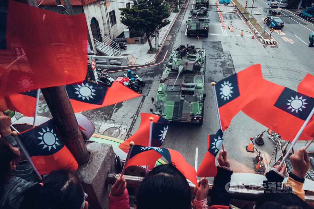 陸軍第584旅聯合兵種營的CM-34裝步戰鬥車,日前從南投長距離機動165公里抵達新竹,沿途孩童、民眾揮舞國旗喊加油。(六軍團提供)中央社記者游凱翔傳真 110年1月19日