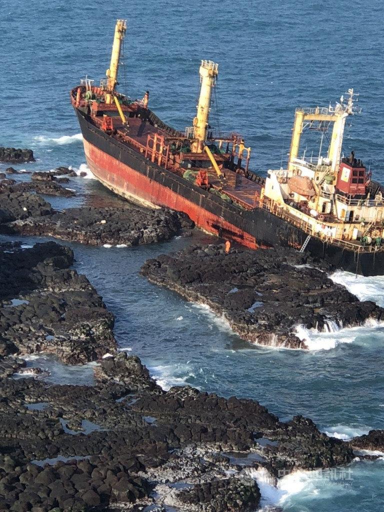 船名為HM-FOUNDATION的貨輪擱淺在澎湖縣西吉嶼無人島海域,澎湖海巡隊19日趁海象趨緩,登輪搜尋未發現人員,但船艙破裂開始進水。(澎湖海巡隊提供)中央社  110年1月19日
