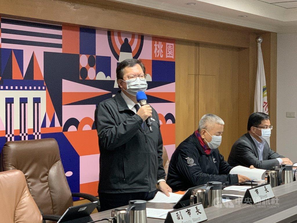 桃園市長鄭文燦(左)20日表示,將公告傳統市場強制戴口罩、停止試吃,罰則比照八大場所;桃園市2項年貨大街活動皆停辦。中央社記者葉臻攝  110年1月20日