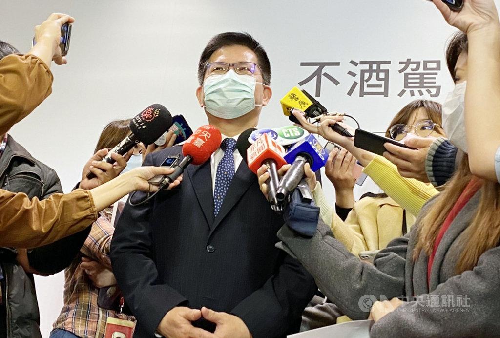 因應武漢肺炎疫情,台灣燈會32年首度因故停辦。交通部長林佳龍(前中)20日受訪表示,主因是研判這兩天疫情有比較大變化,已經在第一級的臨界點,對於參展的藝術家或設計團隊,會繼續執行相關契約。中央社記者余曉涵攝  110年1月20日