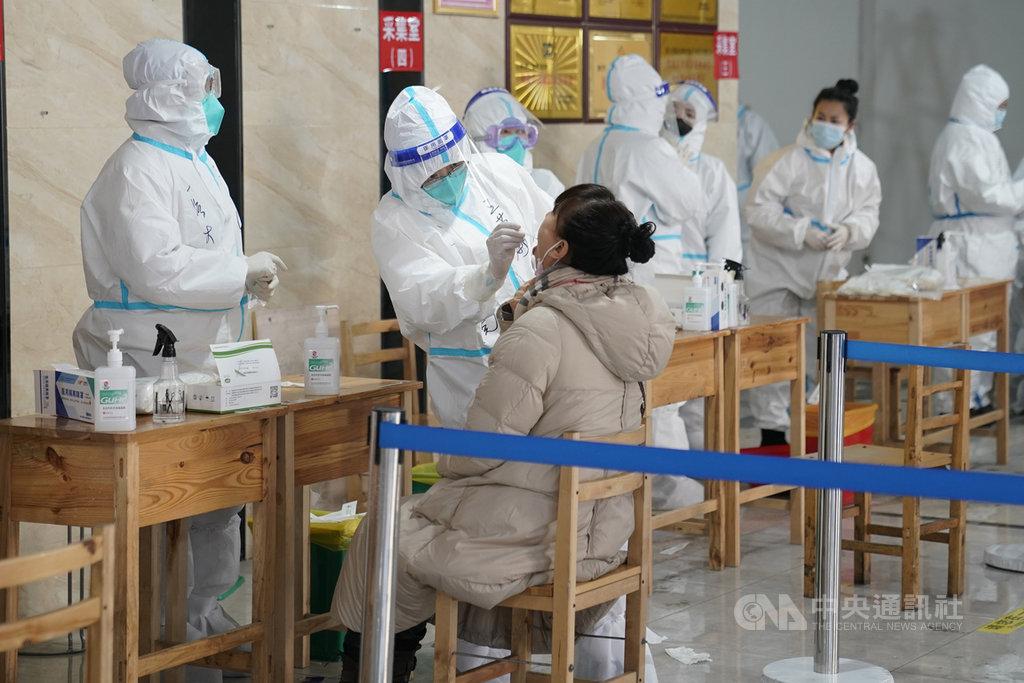 中共中央紀委國家監委網站通報,望奎縣當地16名官員在防疫工作中「不擔當、不盡責」造成疫情蔓延,對整個黑龍江省的防控工作帶來極大壓力,因此祭出處分。圖為黑龍江省哈爾濱市正在進行核酸檢測。(中新社提供)中央社  110年1月20日