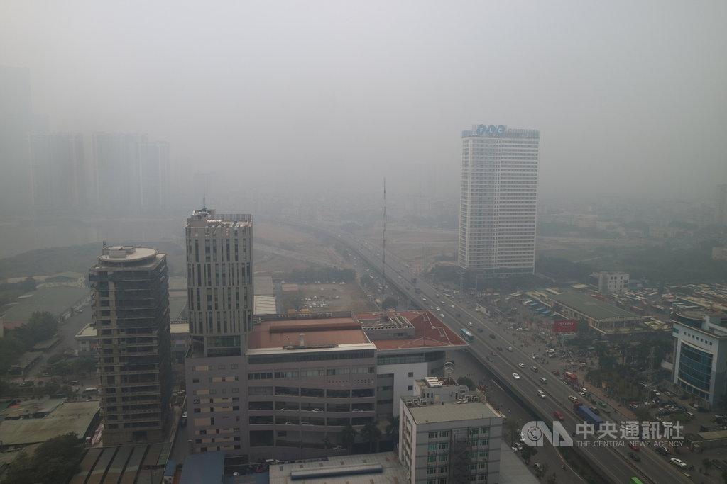越南首都河內每到秋冬就是一片灰濛濛,透過窗戶俯瞰街景好似罩了一層窗紗。根據美國駐越南大使館監測數據,河內20日中午12時的空氣品質指標(AQI)達241,屬於「非常不健康」等級。中央社記者陳家倫河內攝  110年1月20日