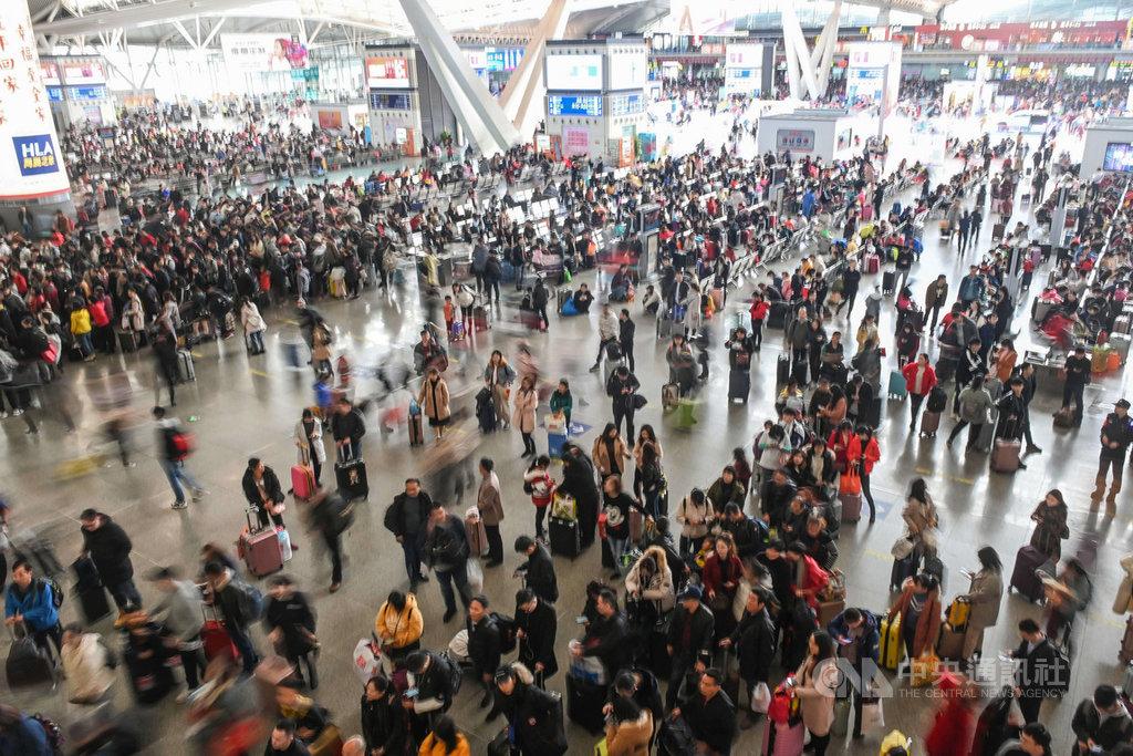 中國官方不斷呼籲就地過節,降低春運壓力,避免疫情蔓延,不過中國交通運輸部官員20日指出,今年春運總計上看17億人次,較去年增加一成。圖為2020年春運期間廣州南站候車大廳人潮。(中新社提供)