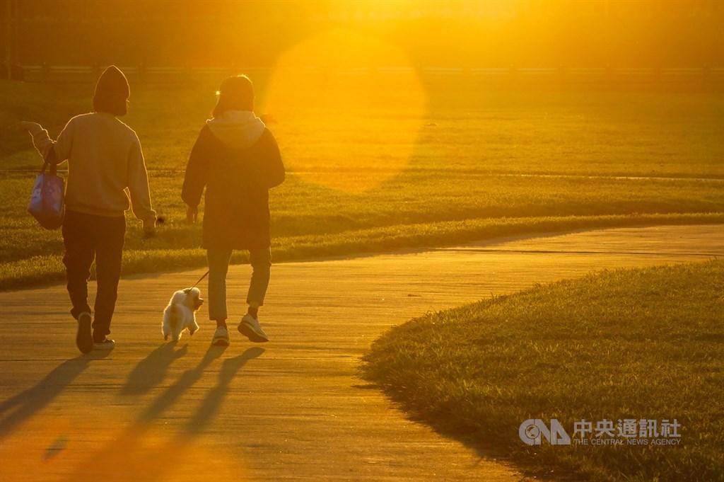 氣象專家吳德榮表示,20日白天氣溫回暖,日夜溫差達15度以上;23日下午開始降溫。(中央社檔案照片)