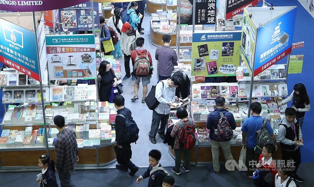 文化部長李永得20日表示,審慎考量書展流動人潮沒有辦法控制接觸者,最後決定停辦。圖為2019台北國際書展參觀民眾。(中央社檔案照片)
