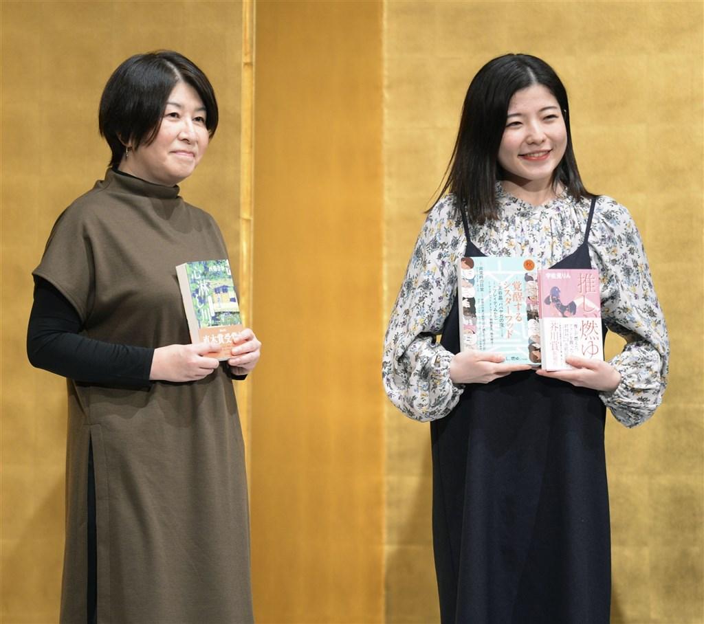 日本第164屆芥川賞與直木賞,分別56歲作家西條奈加(左)與21歲女大學生作家宇佐見凜(右)獲得,兩人都是首度入圍就拿獎。(共同社)