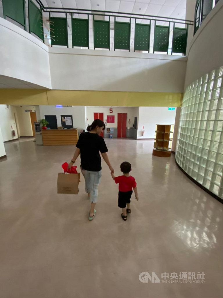基隆市政府社會處20日表示,109年12月底統計,基隆市老年人口有6萬4000餘人,占全市人口比例達17.52%,寄養家庭同樣也面臨老化難題,市府已修正通過相關辦法,取消寄養父母不得超過65歲限制,並新增「專業寄養家庭」資格,盼分擔寄養家庭高齡化的照顧壓力。(基隆市政府提供)中央社記者王朝鈺傳真  110年1月20日