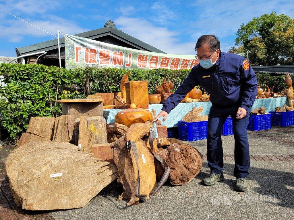 檢警21日宣布破獲宜蘭明池山老鼠盜伐集團,查扣市值約新台幣544萬元的藝品與原木,起訴12名犯嫌。中央社記者沈如峰宜蘭縣攝  110年1月21日
