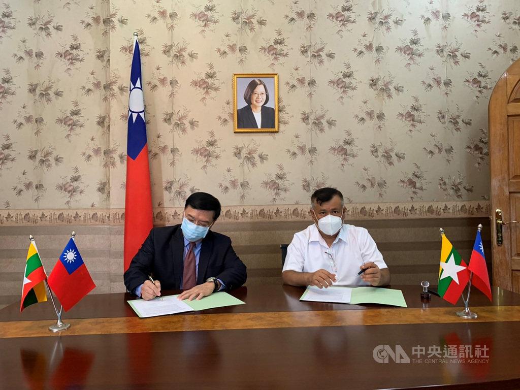 駐緬甸代表李朝成(左)21日見證屏東科技大學與緬甸教育機構「SML國際教育服務」簽署農業合作協議。(駐緬甸代表處提供)中央社記者呂欣憓曼谷傳真  110年1月21日