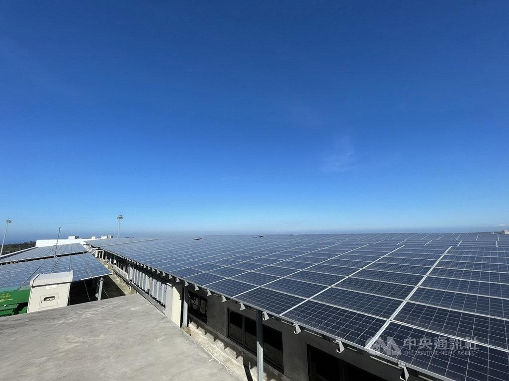 新北捷運公司在淡海輕軌機廠屋頂建置太陽光電發電系統,成為新北第一座光電捷運機廠,於2020年併網完成,預計每年可發電200萬度,減少的二氧化碳排放量相當於3座大安森林公園全年的碳吸附量。(新北捷運公司提供)中央社記者黃旭昇新北市傳真  110年1月21日