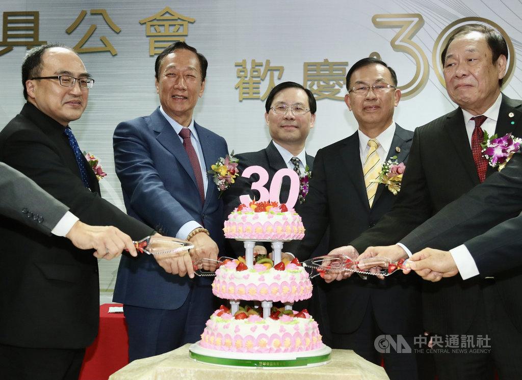 鴻海集團創辦人郭台銘(左2)21日在新北市出席台灣區模具工業同業公會30週年慶活動,與經濟部常務次長林全能(中)、模具公會理事長鄭坤木(右2)等人一起切蛋糕慶祝。中央社記者張皓安攝  110年1月21日