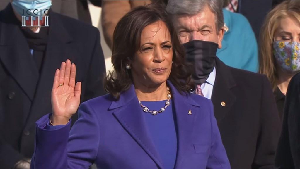 賀錦麗(前)成為美國政治史上有色人種權位最高的女性,她20日使用兩本聖經宣誓就職副總統。(圖取自Biden Inaugural Committee YouTube頻道網頁youtube.com)