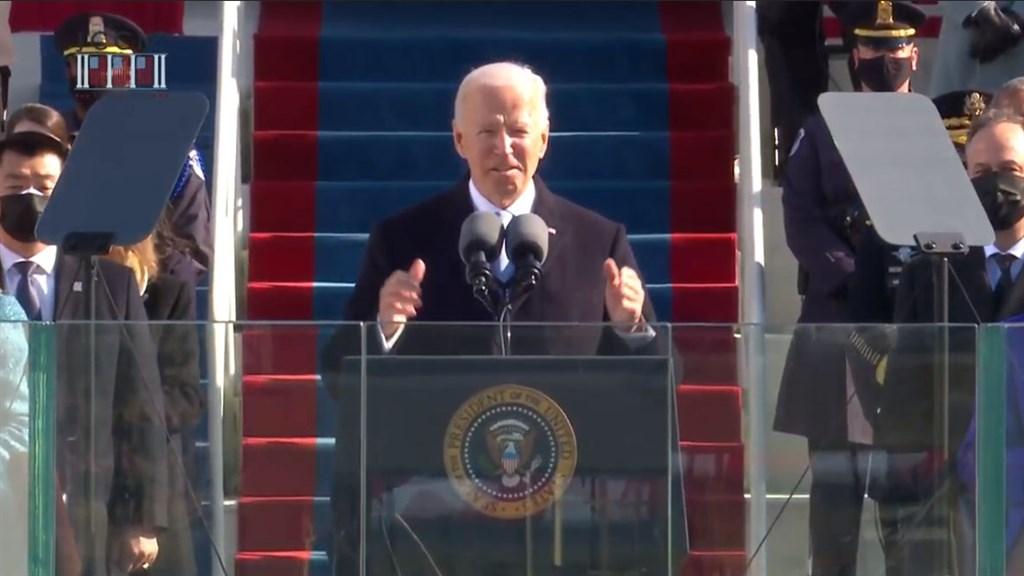 美國總統當選人拜登(中)20日正式上任,他在就職演說中重申團結的重要性,並誓言做一位全民總統,帶領全國共同度過疫情危機。(圖取自Biden Inaugural Committee YouTube頻道網頁youtube.com)