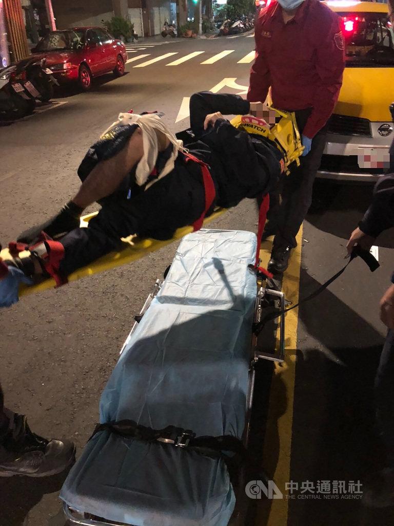 台北市警察局萬華分局王姓男員警21日凌晨外出查看武昌街路面坑洞時,突遭一輛計程車撞飛,造成他右大腿骨折、臉部挫傷,送醫治療。(翻攝照片)中央社記者黃麗芸傳真  110年1月21日