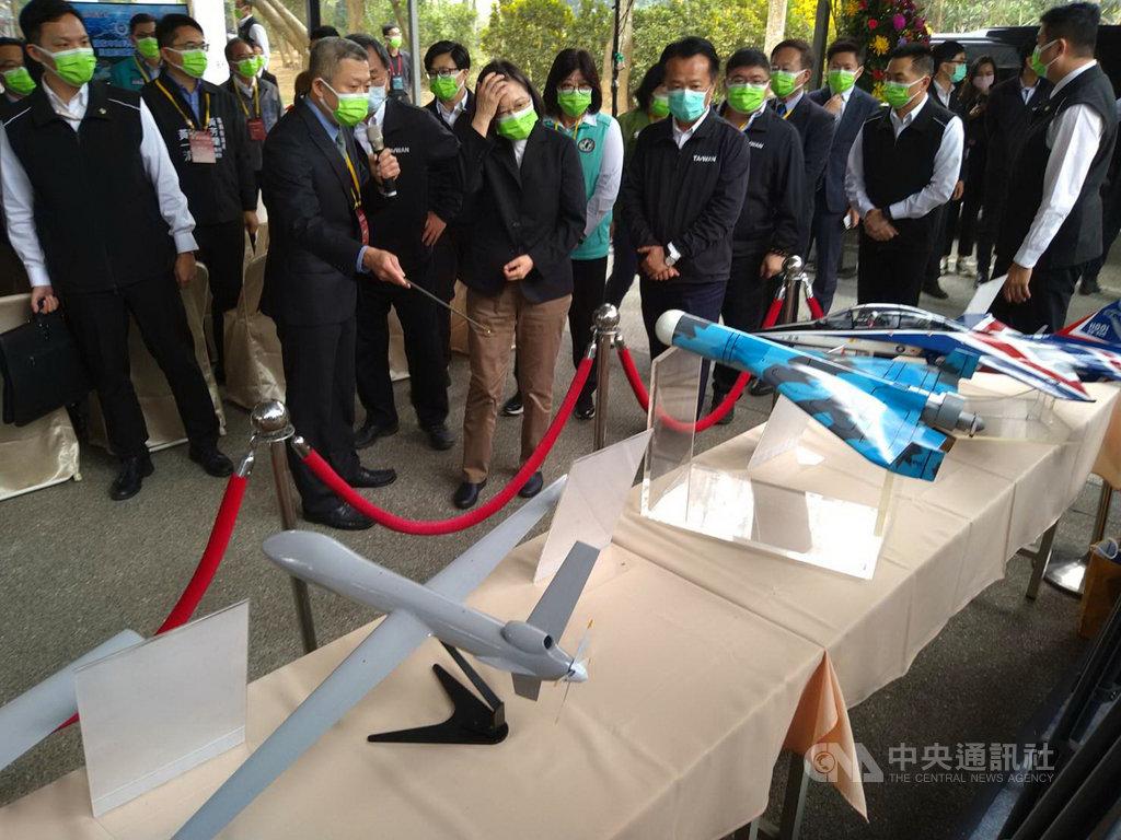 總統蔡英文(前中)22日視察中科院民雄航太園區,觀看中科院自製的軍用無人機模型。蔡總統表示,中科院未來的重要任務,就是加速無人機研發,不論軍用、商用無人機都展現巨大發展潛力,台灣一定不能落後。中央社記者蔡智明攝  110年1月22日