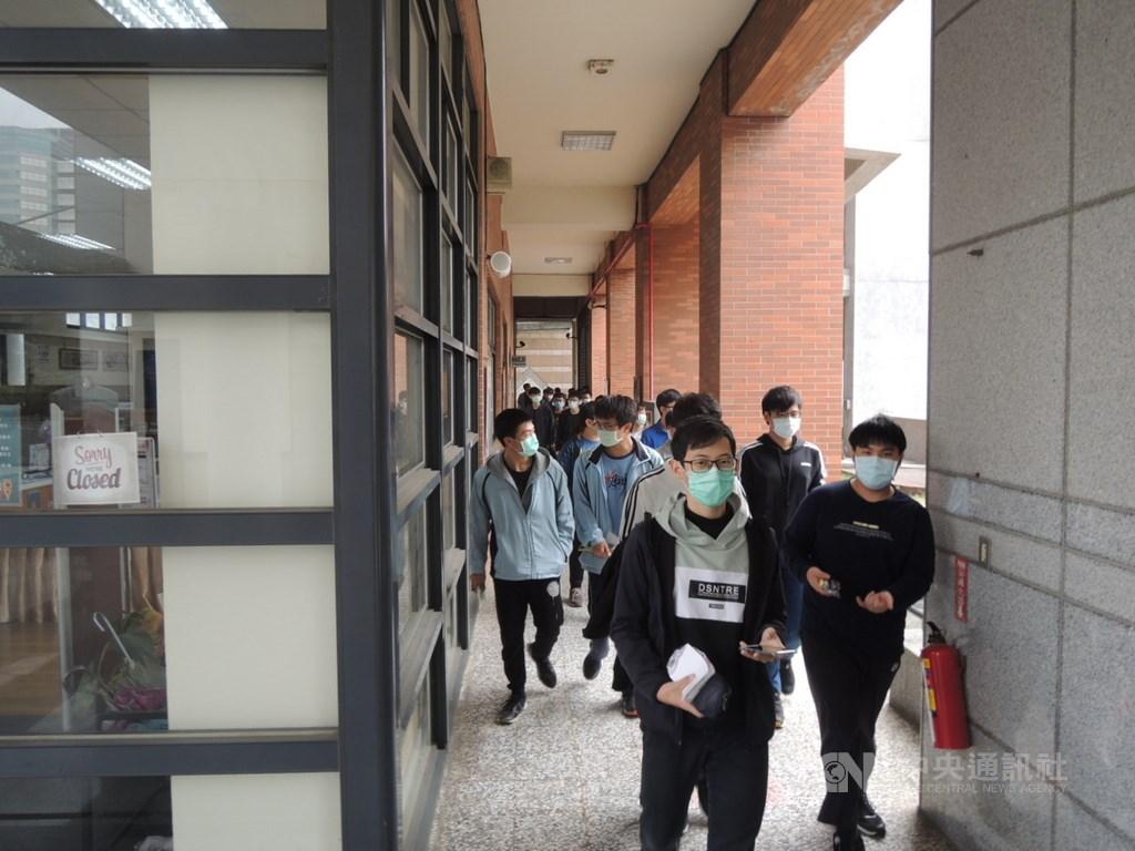 110學年度學科能力測驗22日登場,上午11時結束英文科考試,考生陸續步出考場。中央社記者郝雪卿攝 110年1月22日