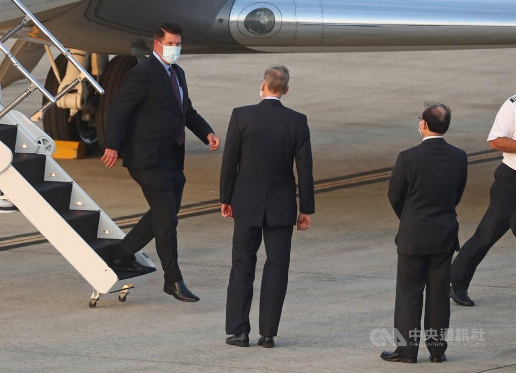 中國20日大動作制裁28位前總統川普任內官員,包括去年9月訪台的美前次卿柯拉克(左)。柯拉克21日推文表示,他把制裁當成榮譽勳章,美國不應屈服於中國惡霸。圖為柯拉克搭乘「灣流五型」商務包機抵台,美國在台協會處長酈英傑(左2)接機。(中央社檔案照片)