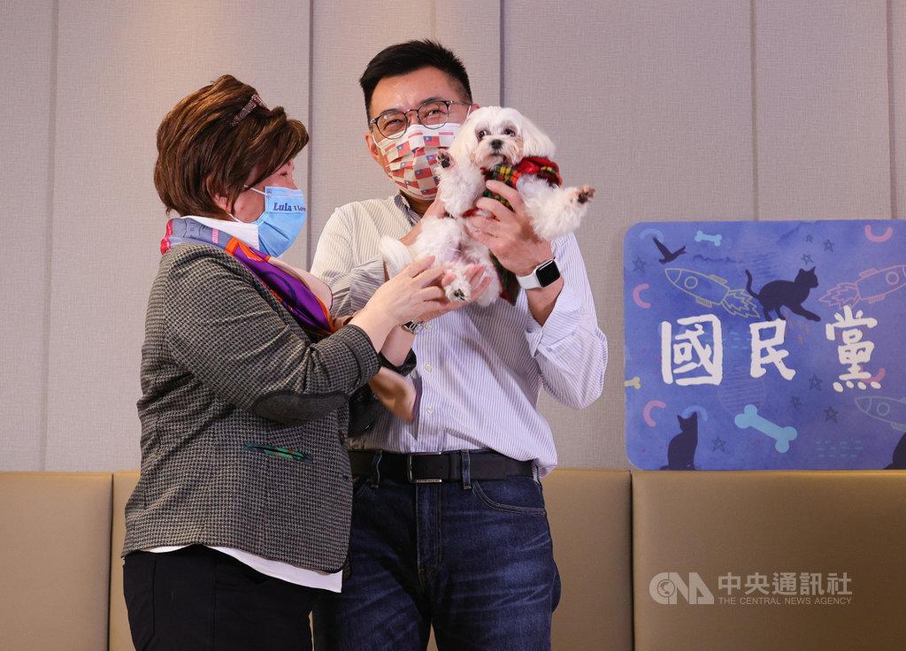 國民黨青年部22日舉行「國民黨動物日」記者會,黨籍立委張育美(左)帶著愛犬LuLu出席,吸引黨主席江啟臣(右)等人的目光。中央社記者謝佳璋攝 110年1月22日