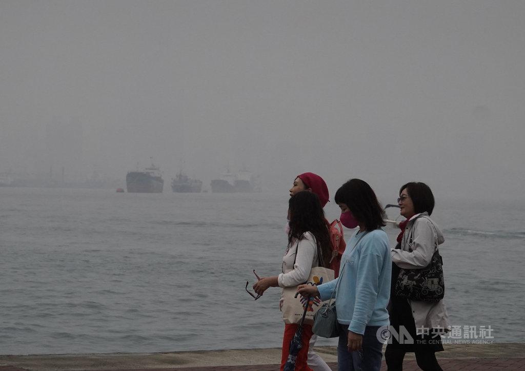 高雄市環保局指出,1月全台空氣品質不良的天氣型態為「高壓出海」,大環境風場為偏東風,西半部風速皆弱,污染物於前一天由北台灣隨著繞山北風一路累積南下,造成中南部空品不良,而高屏地區位於末端,影響更是嚴重,22日達到紅色警示等級,港區一片霧茫。中央社記者董俊志攝  110年1月22日