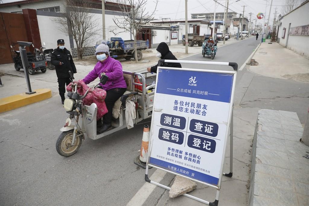 中國21日新增103例確診武漢肺炎,其中有94例本土病例。圖為北京大興區一農村實施卡口封閉管理。(中新社)