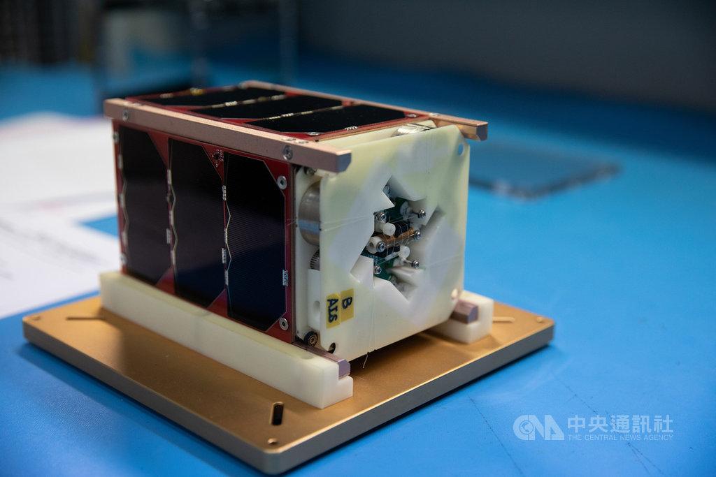 玉山衛星重量約2公斤,由騰暉電信、海洋大學、冠宇國際電訊、雷斯康研發製作而成,可以追蹤船隻航行軌跡,協助交通管制。(國研院國家太空中心提供)中央社記者蘇思云傳真 110年1月22日