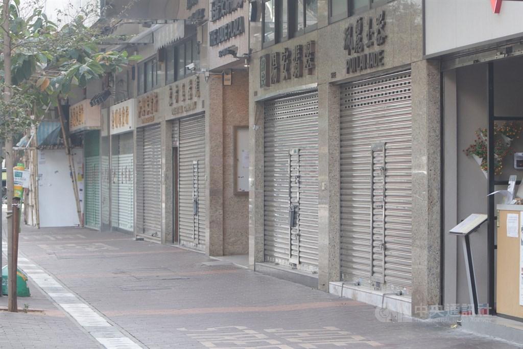 香港佐敦道一個社區約20棟大樓近日爆發武漢肺炎疫情,當局向區內發出強制檢疫及隔離令,16日該區許多大樓被圍封,各商店關閉(圖),宛如空城。中央社記者張謙香港攝 110年1月16日