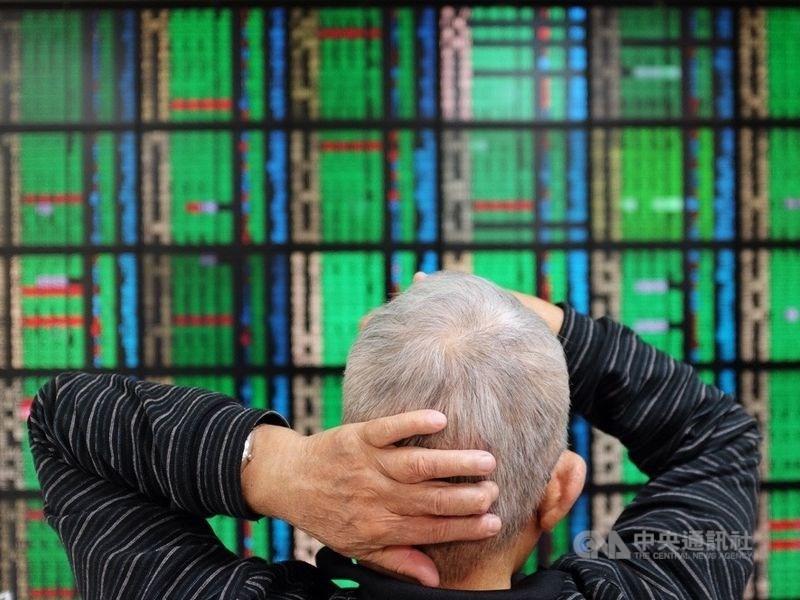英特爾2023年晶片仍將以自行生產為主,台積電22日股價因此熄火,拖累台股開盤大跌近170點,回測「萬六」關卡。(中央社檔案照片)