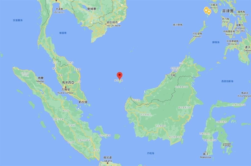 印尼海軍23日指出,22日在印尼北部納土納海域逮捕疑似非法捕魚的海建興20號漁船,船隻掛中華民國國旗,經登船檢查發現12公噸漁獲,船長為台灣人。紅標處為納土納群島。(圖取自Google地圖網頁google.com.tw/maps)