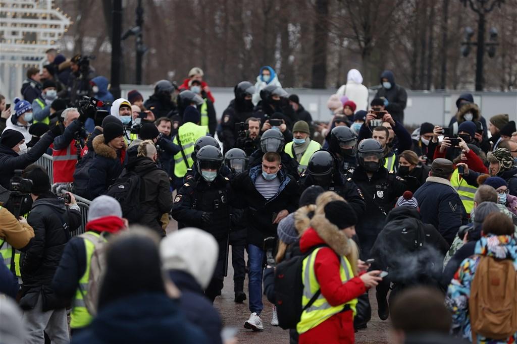 俄羅斯反對派領袖納瓦尼日前返國遭拘捕,支持者響應他的呼籲上街抗議總統蒲亭,數萬人23日在全國各地示威,有超過1000人被警方拘捕。(安納杜魯新聞社)