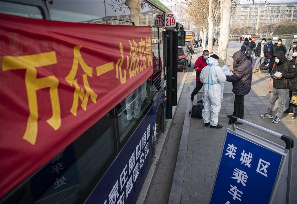 中國爆發武漢肺炎疫情迄今已一週年。官方主旋律下,卻只有「每個人都了不起」的「抗疫史詩」,標語強調萬眾一心,疫情罹難者再無人提起,記錄真相者則遭打壓。圖為21日民眾在河北石家莊火車站登記防疫資訊。(中新社)
