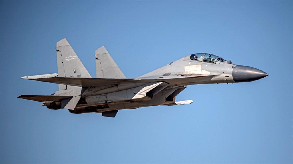 空軍24日發布共機動態,共軍2架運8反潛機、2架Su-30戰機、4架殲16戰機、6架殲10戰機、1架運8技偵機侵犯台灣西南防空識別區。圖為殲16同型機。(圖取自國防部網頁mnd.gov.tw)