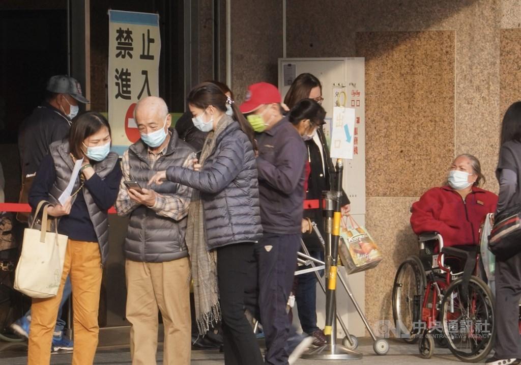 武漢肺炎疫情升溫,台南市長黃偉哲宣布,台南市36家醫院25日起須刷健保卡才能進出。(中央社檔案照片)