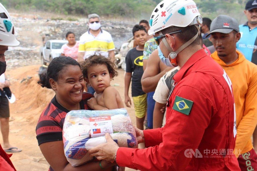 巴西紅十字會工作人員發放物資包裹給北部偏遠地區民眾。(駐巴西代表處提供)中央社記者唐雅陵聖保羅傳真 110年1月24日