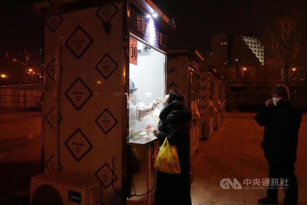 在北京連續爆發多起本土病例之際,傳出部分醫院將來自河北省的病人拒於門外,引起輿論批評。官方證實確有其事,已經約談醫院並要求整改。圖為北京市西城區民眾排隊接受核酸檢測。(中新社提供)  中央社 110年1月24日