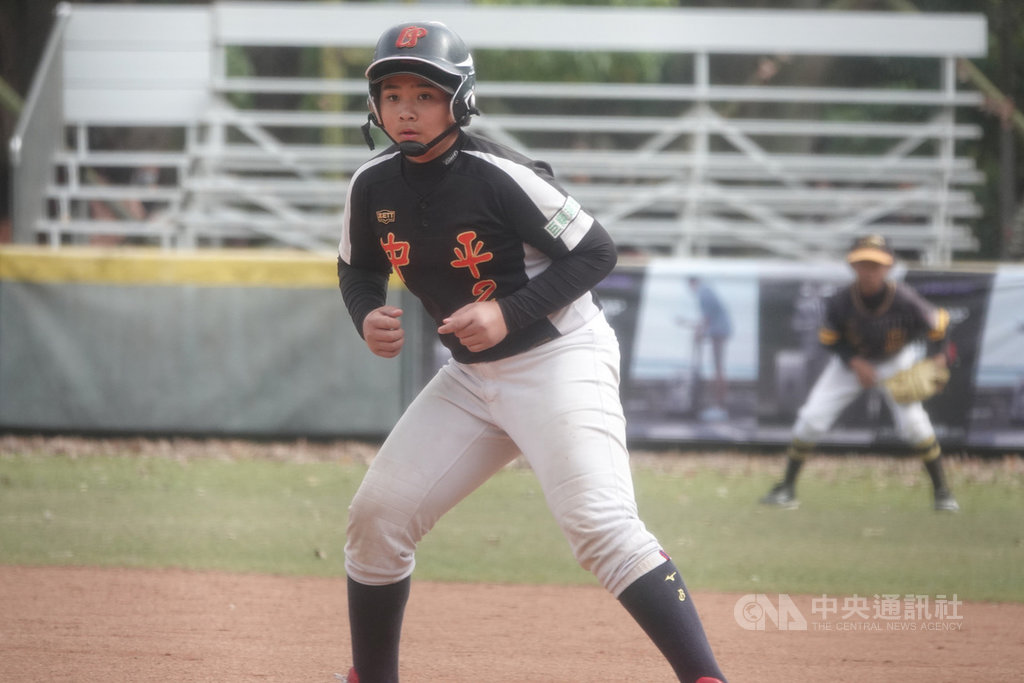 2021年富邦盃台灣12強少棒大賽季軍戰24日在青年公園棒球場舉行,中平李聖哲(圖)先發蹲捕、打第5棒,單場3安、貢獻4分打點。中央社記者謝靜雯攝 110年1月24日