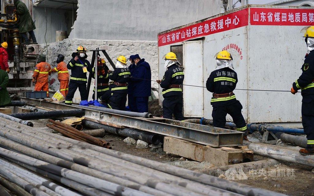 中國笏山金礦坍方事故發生14天後,救援傳出好消息,24日上午順利救出首名受困礦工後,截至下午3時許,共救出11人,仍有10人待救,另有1人已死亡。圖為救難現場。(中新社提供)中央社 110年1月24日