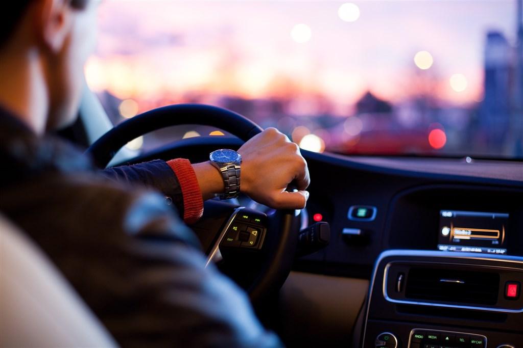 全球鬧車用晶片荒,知名車廠甚至為此停工。(示意圖/圖取自Pixabay圖庫)