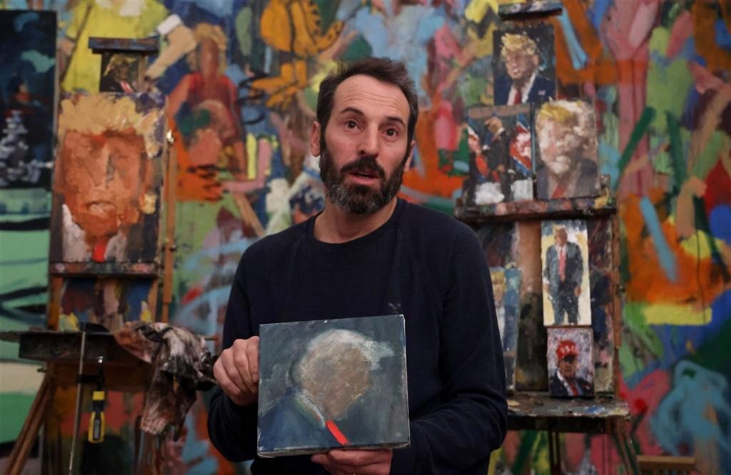 以色列畫家馬卡斯工作室裡一幅幅作品中主角臉部全都扭曲失真,不過透過輪廓一眼就可看出畫中人物是誰,畫的就是美國前總統川普。(法新社)