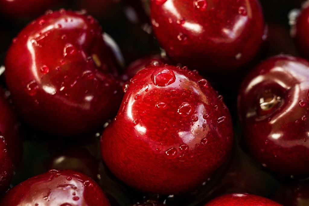 江蘇無錫日前發現進口櫻桃的表面核酸檢測陽性,中國疾控中心專家說,只要吃水果前用流水清洗,應該就不會有感染2019冠狀病毒疾病的風險。(示意圖/圖取自Unsplash圖庫)
