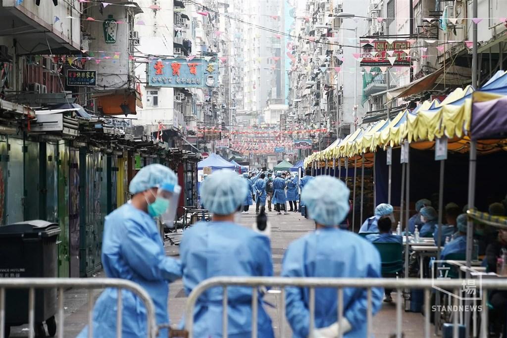 香港政府23日封鎖出現多例確診者的佐敦地區部分街道,港府政務司長張建宗表示,已有近7000人受檢,檢測結果預計24日傍晚出爐。圖為23日上午封鎖區內的情況。(圖取自立場新聞)
