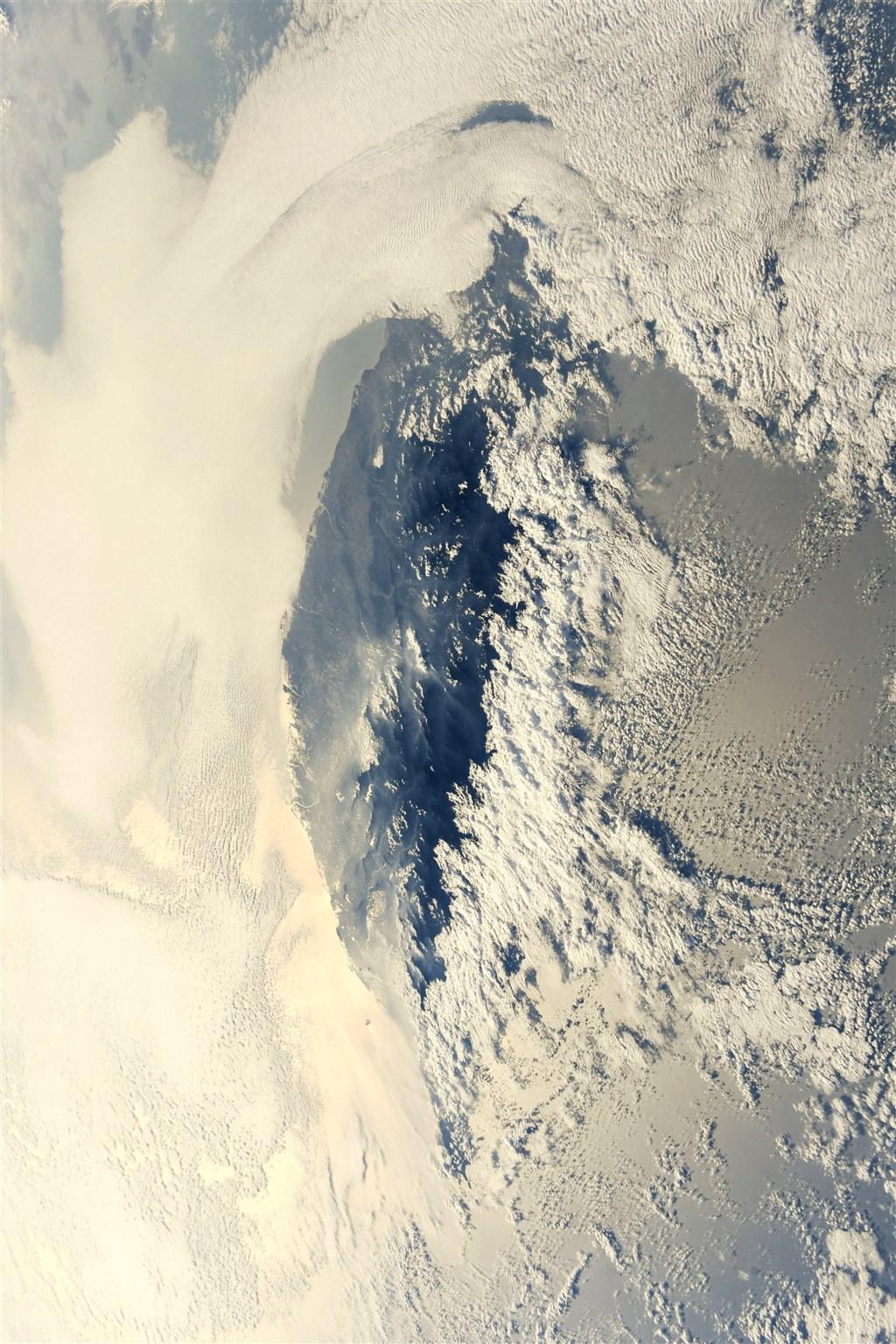 日籍太空人野口聰一23日推文,附上一張從國際太空站拍下的台灣被雲海包圍的夕照,二度空拍台灣。(圖取自twitter.com/Astro_Soichi)