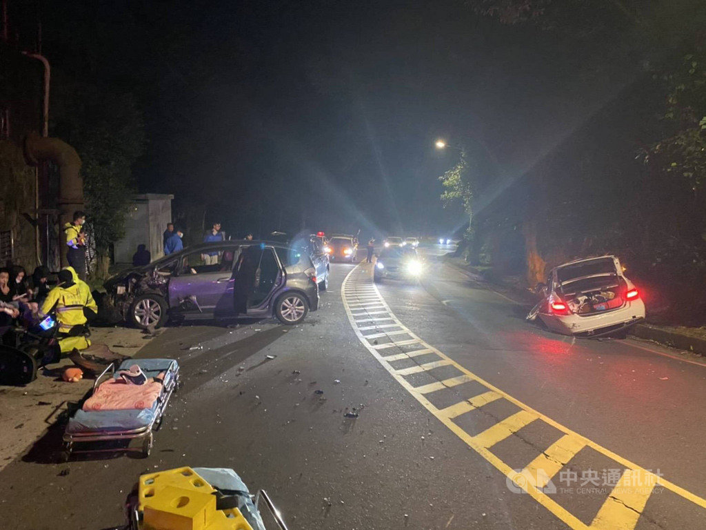 新北市新店區安祥路24日晚間發生一台轎車疑過彎失控衝撞對向車道多輛汽機車事故,造成7人擦挫傷送醫。(民眾提供)中央社記者沈佩瑤傳真  110年1月25日