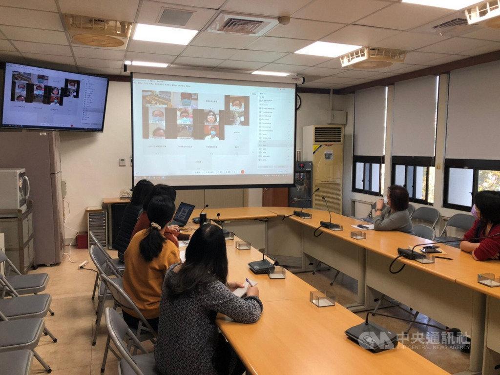 武漢肺炎疫情升溫,台南市即時線上協調指揮中心25日成立,透過視訊與全市14家收治醫院連線,宣布相關重要政策。(台南市政府提供)中央社記者張榮祥台南傳真 110年1月25日